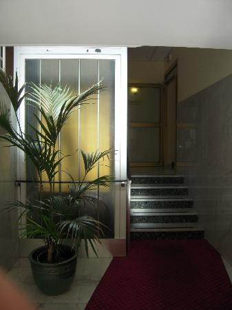 An der Wien: Entrance in the hotel (the left body of the building )