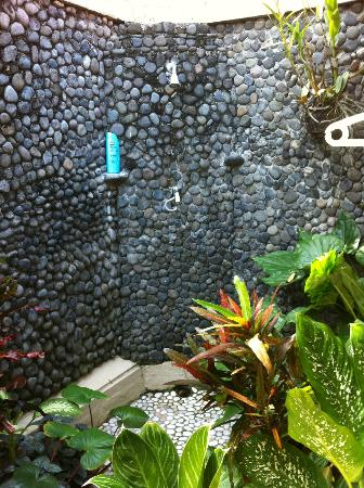 Puri Dajuma Cottages: outdoor shower