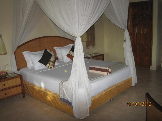 Puri Dajuma Cottages: bed