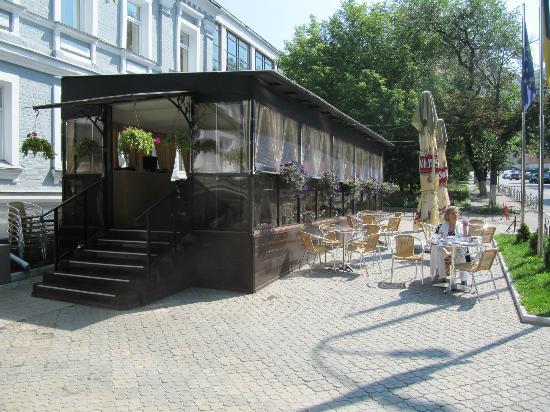 Hotel Evropeyskiy: Je kunt op het terras of binnen eten.