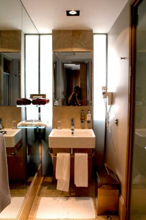 Witt Istanbul Suites: bathroom with toilet and shower in seperate rooms on the right