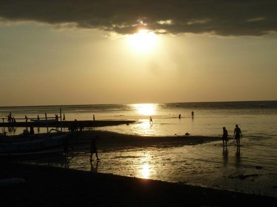 Starlight Villas and Restaurant : sunsetting from beachside table