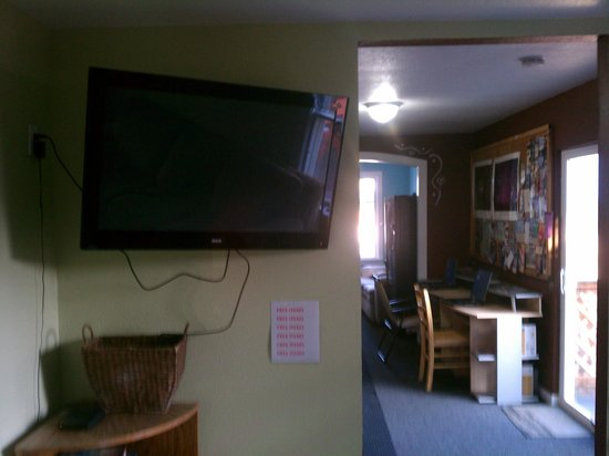 Alaska Backpackers Inn: TV & Compute room at the Social Club at Backpackers, Inn.