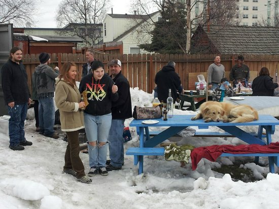 Alaska Backpackers Inn: Backpackers gathering around for a Barbeque
