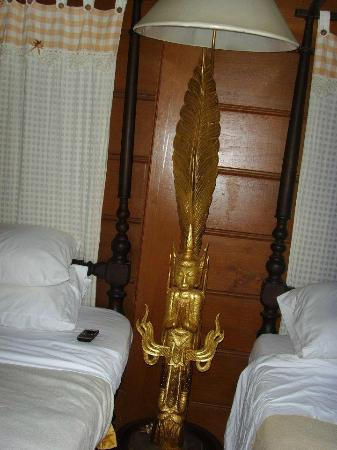 Jaiya Mongkol Bed and Breakfast: Beautiful lamp in bedroom