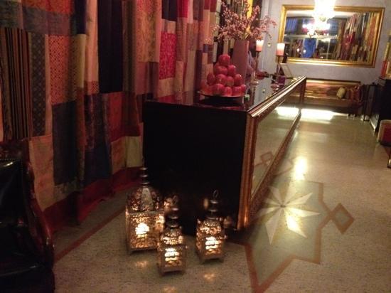 AD Place Venice: 暗くなるとランプが灯りロマンチックなレセプション