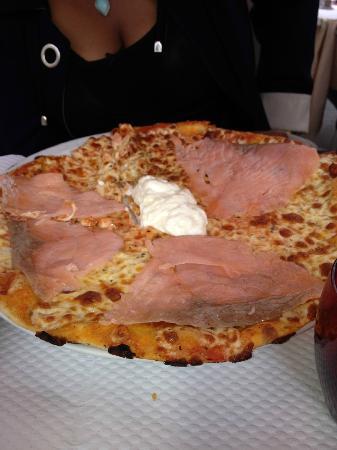 Giovanni: Salmon pizza