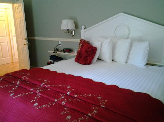 Mira Monte Inn: King Size Bed