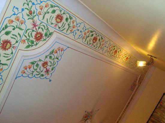 Hotel Anuraag Villa: Ceiling
