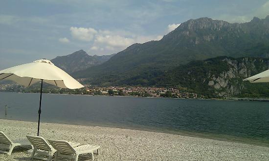 Hotel Motel Nautilus: la plage sur le lac avec transat parasol