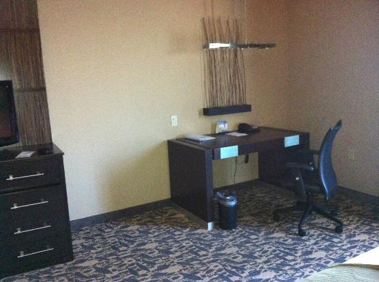 ‪‪Holiday Inn Express Hotel & Suites Dallas (Galleria Area)‬: Chair and Desk
