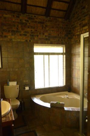 Gomo Gomo Game Lodge: Bathroom with Spa-style Tub