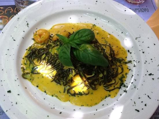 Sano Banano: tagliolini al nero di seppia, zafferano, zucchine e gamberi