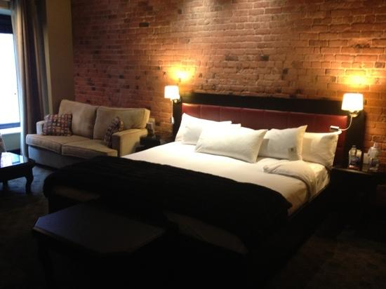 Le Place d'Armes Hotel & Suites: big spacious bed