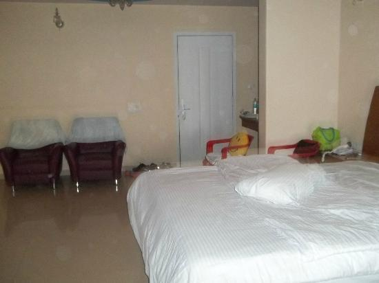 Club Mahindra Mahabaleshwar Sherwood: king size bed in the room with 2 sgl sofas