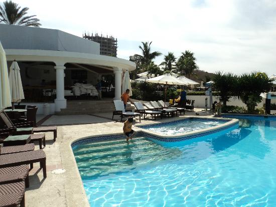 OCEAN CLUB HOTEL & RESORT - PLAYAS: view of the infinity pool, jacuzzi and bar