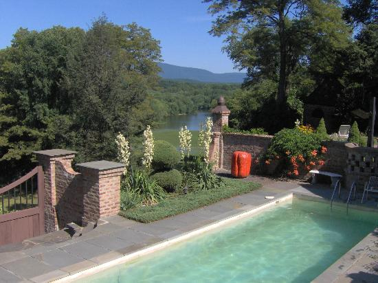 Chateau and Tudor Rooms, Saugerties Bed and Breakfast: Pool