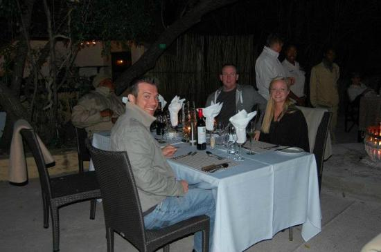 Jock Safari Lodge: Dinner outside, gorgeous!
