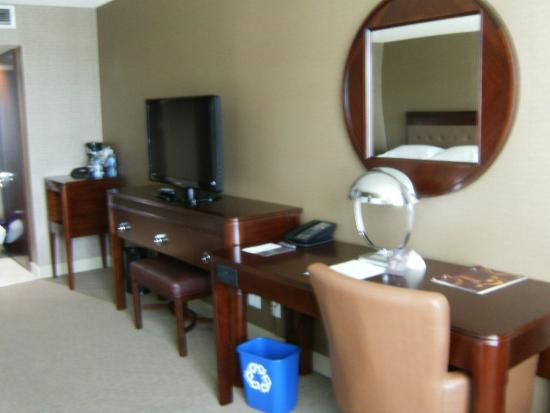 Sheraton Red Deer Hotel: TV and desk