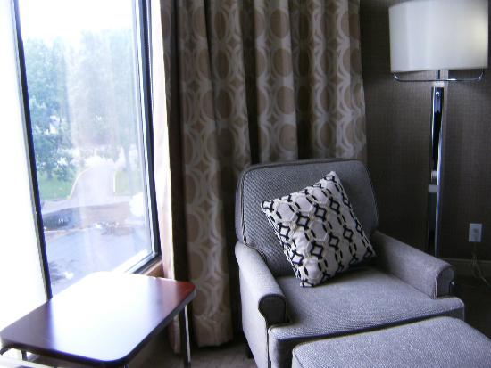 Sheraton Red Deer Hotel: Sitting area near window