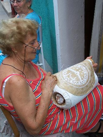 Burano, Italië: An Italian lady making lace outside her house