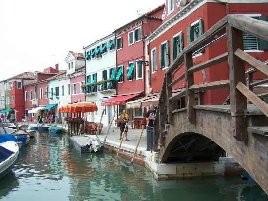 Burano, Italia: Canals and boats everywhere