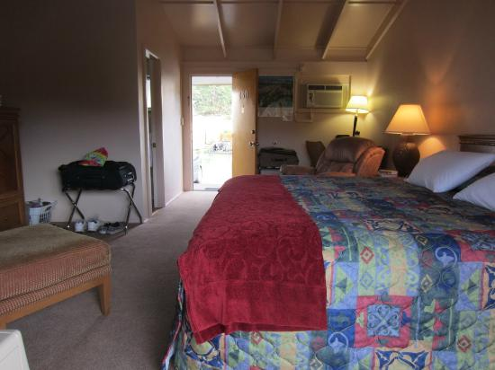 Alpine Trail Ridge Inn: Room 130, interior (king)