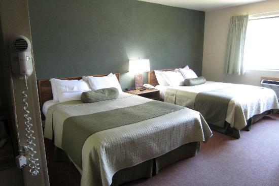 Western Heritage Inn: Room with two double beds.