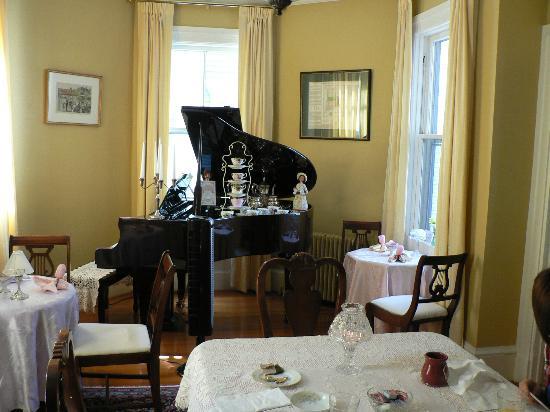 Spring Seasons Inn & Tea Room: The Breakfast / Tearoom