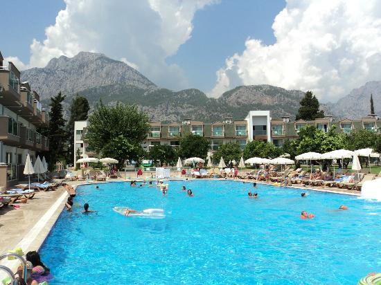 Batont Garden Resort Hotel: бассейн