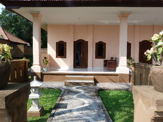 Bali Nibbana Resort: Blick von Pool Richtung Zimmer (Villa)