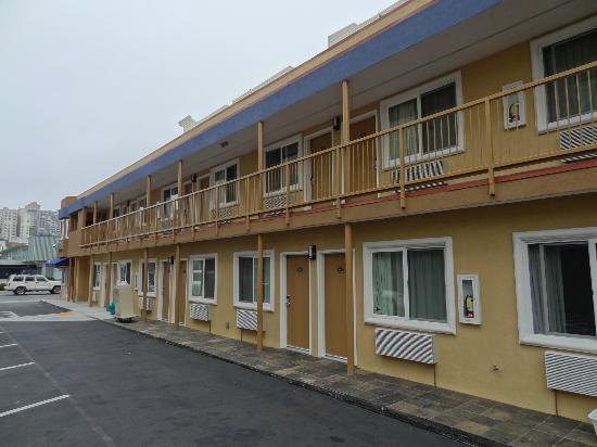 Seaside Inn: Sicht vom Ende des Parkplatzes gegen die Strasse