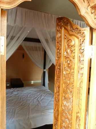 Bali Nibbana Resort: Blick durchs Fenster ins Zimmer