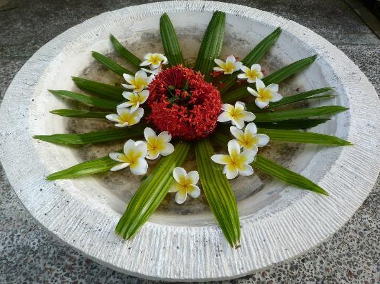 Bali Nibbana Resort: täglicher Blumenschmuck