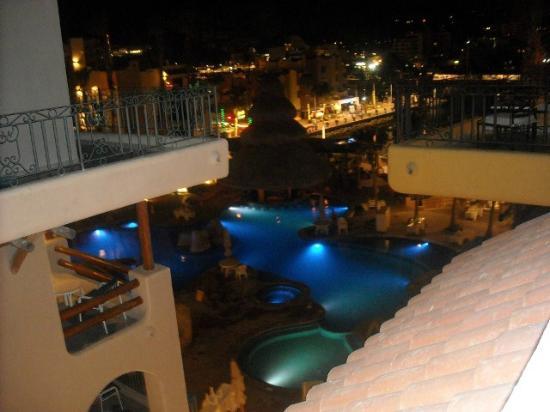 Marina Fiesta Resort & Spa: LA ALBERCA PRINCIPAL DE NOCHE