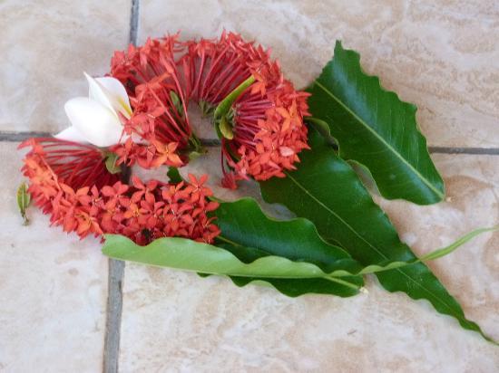 Bali Nibbana Resort : täglicher Blumenschmuck