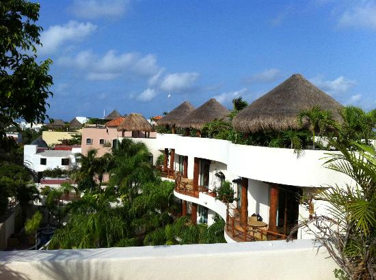 Porto Playa Condo Hotel & Beachclub : View of palapa huts on other rooms