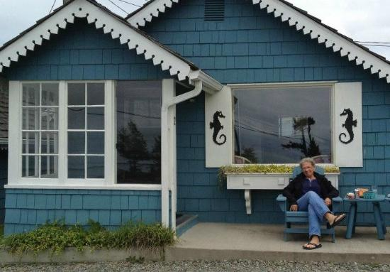 Juan de Fuca Cottages: Front porch enjoyment