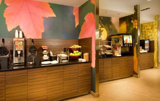 Fairfield Inn & Suites Valdosta: Complimentary Hot & Cold Breakfast Bar