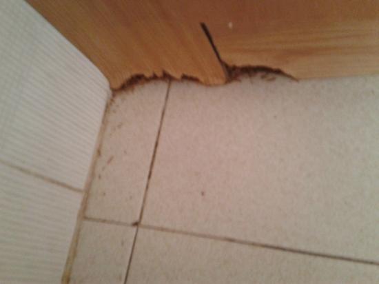 Apartamentos Bernat 3000: Mueble de cocina deteriorado