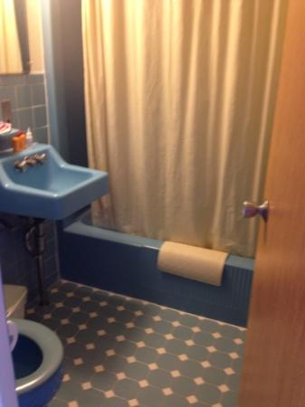 Oceanview Motel: bathroom from the 70s.