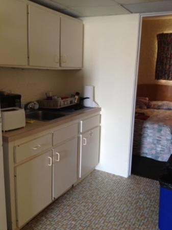 Oceanview Motel: kitchen with non lighting stove and cabinets that fall off hinge when you open it
