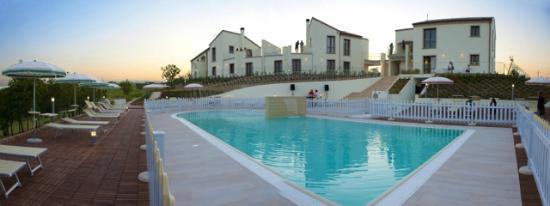 Contea dei Ciliegi, la piscina e la struttura
