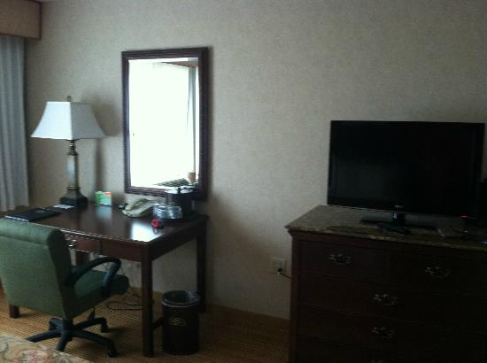 Courtyard by Marriott Portsmouth: Desk & tv (sorry should've had more light on)