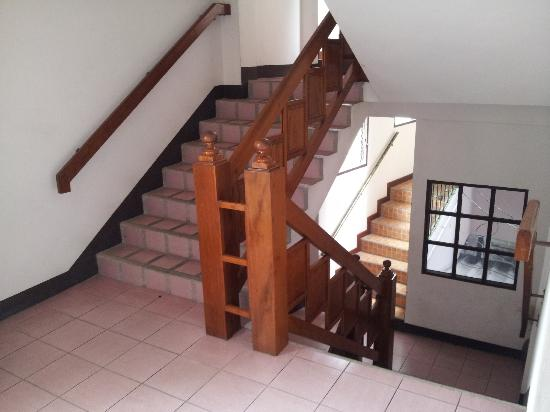Ban wiang Guest House and Apartment: Escalier d'accès aux chambres