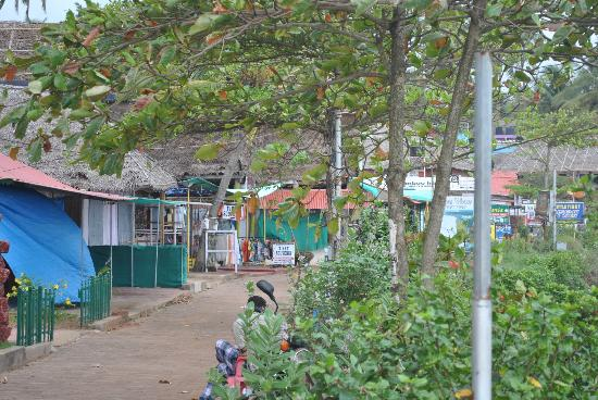 Maadathil Cottages: Varkala Cliffs - shops