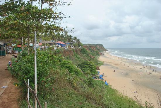 Maadathil Cottages: Varkala Cliffs - shops and beach