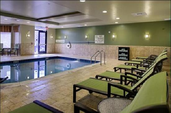 Hilton Garden Inn Pittsburgh/Cranberry : Our beautiful indoor, salt-water swimming pool and spa are perfect for a casual afternoon with t