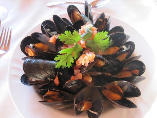 Sugar Hill Inn Dining Room: Delicious mussels and such attention to presentation.