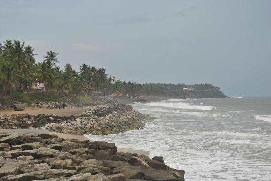 Maadathil Cottages: Ocean near cottages with Varkala Cliffs in the distance